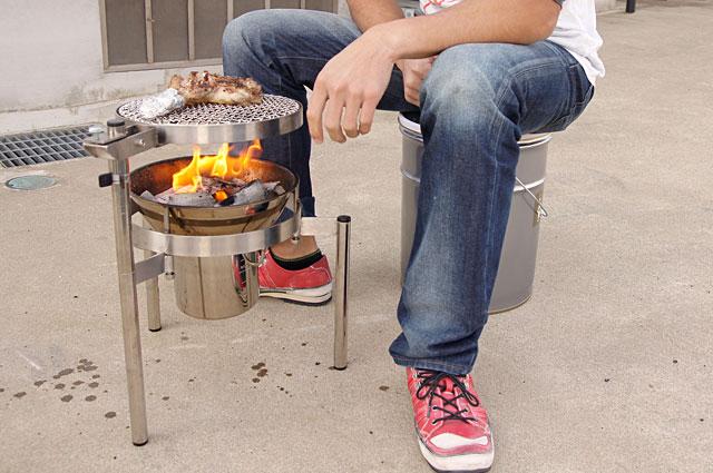 焼き始め30秒後、鶏肉の脂で火力が強くなった