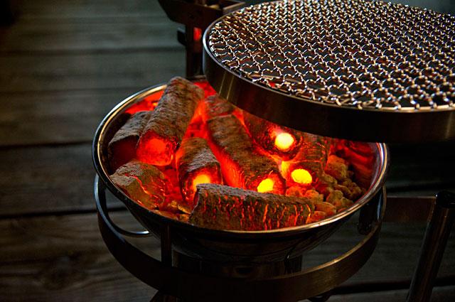 真っ赤に燃え上がる木炭